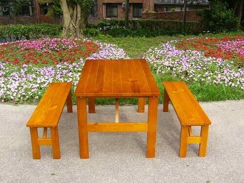 木製戶外野餐桌